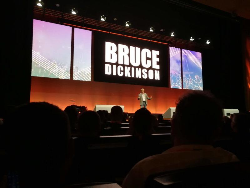 Bruce Dickinson auf der Bühne der MagentoLive Europe 2018