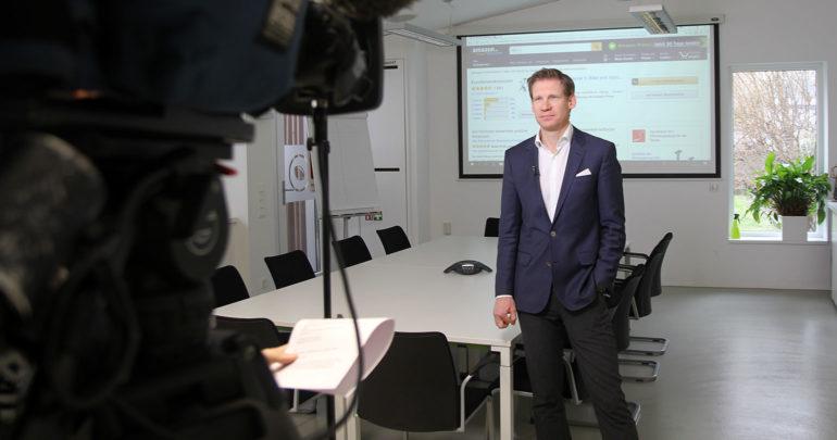 Einfluss von Online-Bewertungen: Philipp Pfaller vor der ORF-Kamera