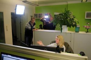 Einfluss von Online-Bewertungen: Marvin Wolf hinter Annika im Social Media Büro